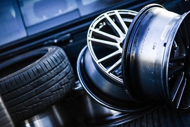 f4261e22 Wymiana opon dwa razy do roku to konieczność, aby zapewnić sobie bezpieczną  jazdę w różnych warunkach pogodowych. Wiele osób zostawia wymianę opon na  ...